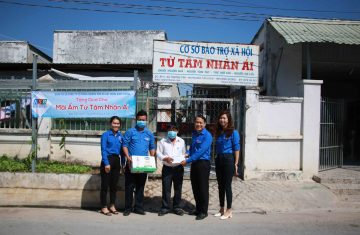 Đoàn cơ sở Công ty KSB-BIMICO tặng quà cho mái ấm Từ Tâm Nhân Ái nhân Kỷ niệm 90 năm ngày thành lập Đoàn Thanh niên Cộng sản Hồ Chí Minh.