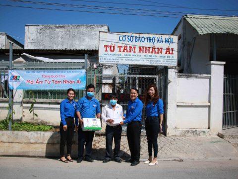(Tiếng Việt) Đoàn cơ sở Công ty KSB-BIMICO tặng quà cho mái ấm Từ Tâm Nhân Ái nhân Kỷ niệm 90 năm ngày thành lập Đoàn Thanh niên Cộng sản Hồ Chí Minh.